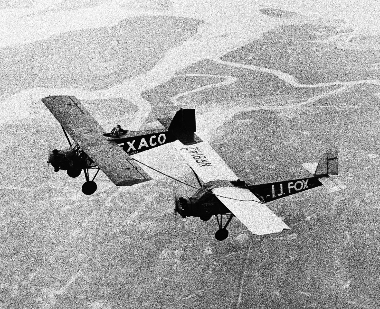 1932年8月20日,Louise Thaden與Frances Harrel Marsalis 的飛機(右)與空中加油機,飛過紐約長島的上空。兩人共同以「196小時」創下耐力飛行紀錄。(美聯社)