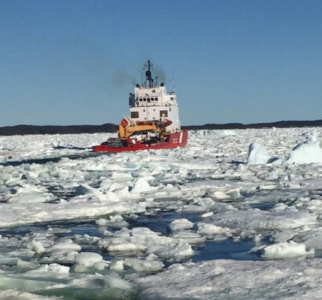 去福戈島的水路被浮冰阻擋,必須由破冰船開路渡輪才能走。