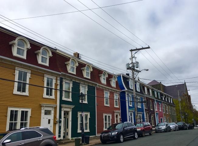 聖約翰市區的房子,色彩豐富,每家必須與隔壁家漆成不同的顏色,像一排彩色軟糖。