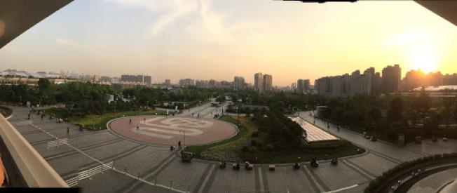 杭州東站遠眺市區。