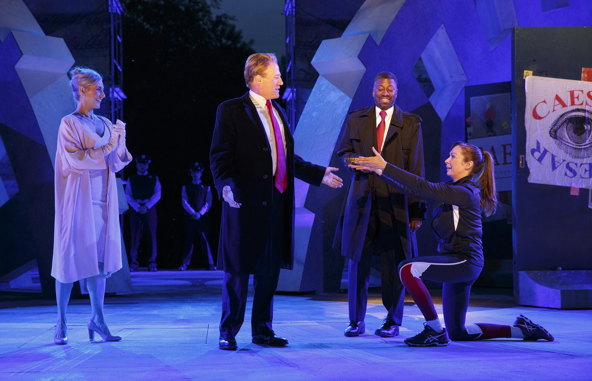 在中央公園上演的莎劇《凱撒大帝》,飾演凱撒的亨利(左二)、凱撒妻子的班柯(左一)及飾演安東尼的瑪佛爾(右一)。(美聯社)