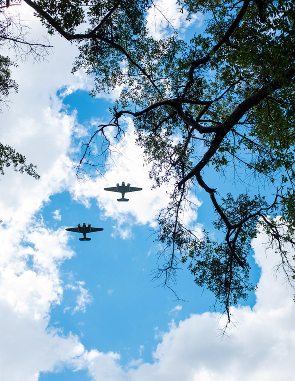 在奧斯福德葬禮上,有二戰時的雙翼機升空向英雄亡靈致敬。(王本桓提供)