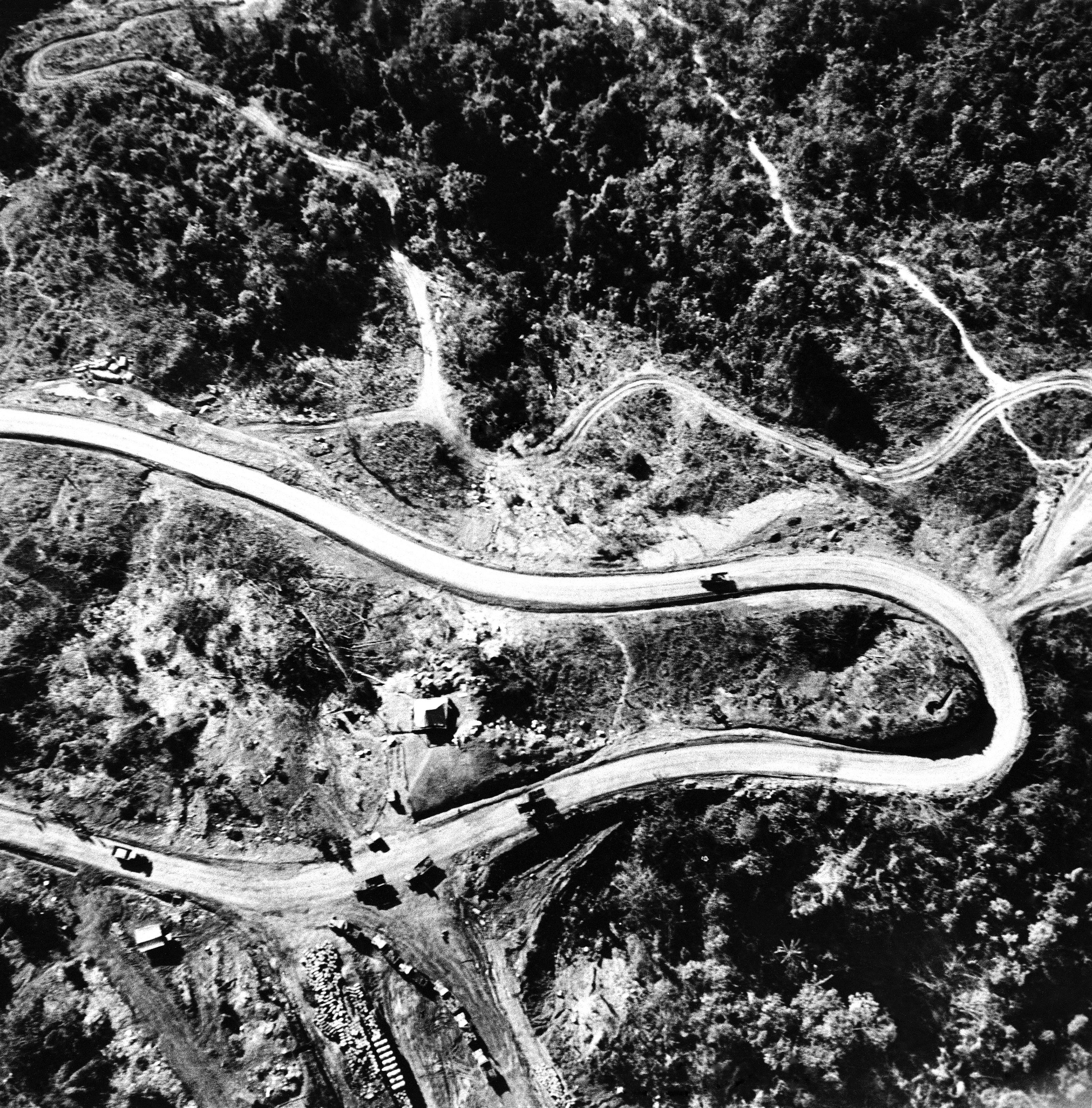 中國在抗戰期間,修築了一條滇緬公路,經緬甸接收盟國物資,圖為車隊行經崇山峻嶺中。(美聯社)
