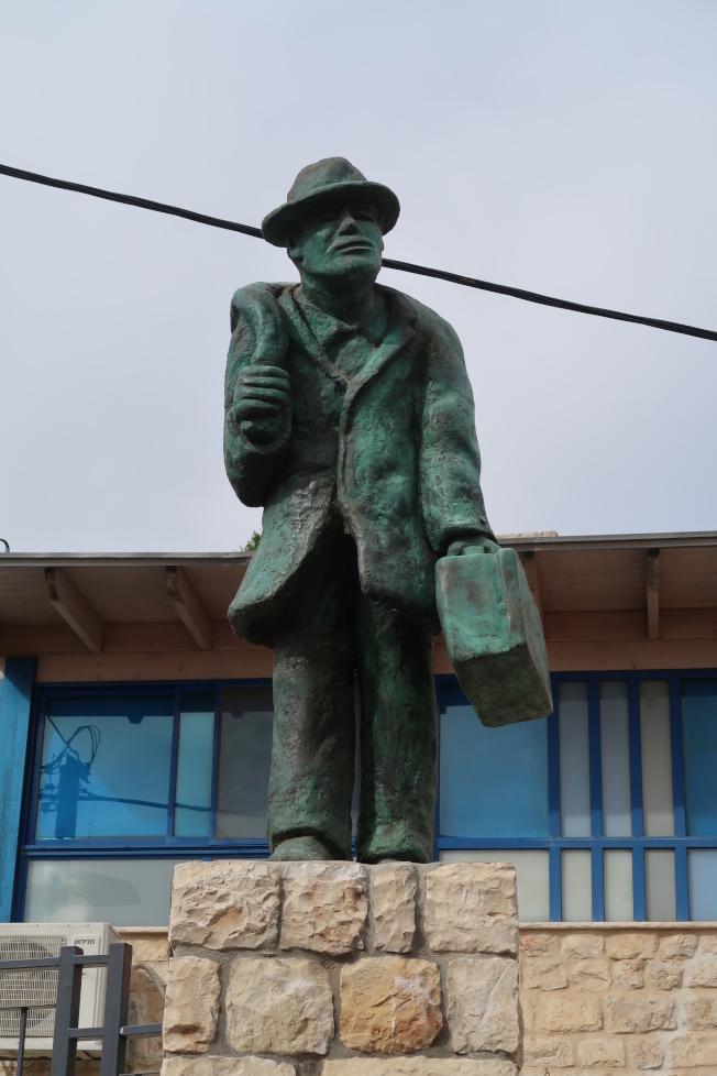 以色列一座藝術雕像,蒼老曲背的猶太人歷經滄桑提著家當,終於回到自己的國家,惹人傷感。