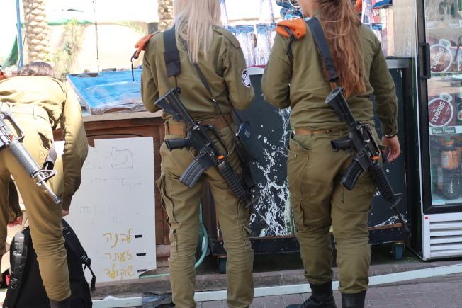 以色列全國皆兵,女性也不例外,平時也武器重裝備於身。