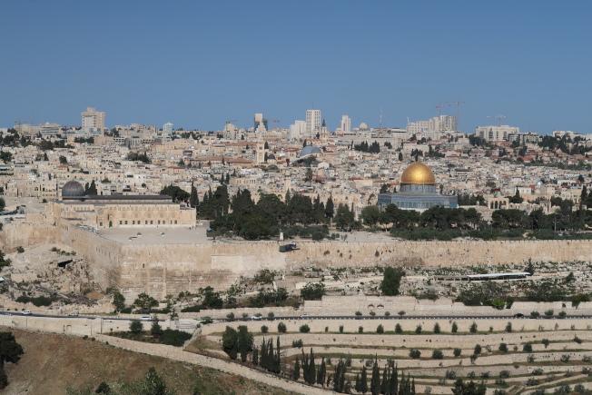耶路撒冷聖城全景,金色圓頂建築為岩石圓頂清真寺。