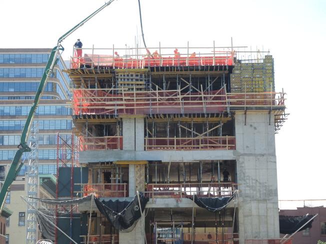 高線公園社區改頭換面,從工業園區蛻變為豪華住宅,大型新樓地產拔地而起。(記者俞姝含/攝影)