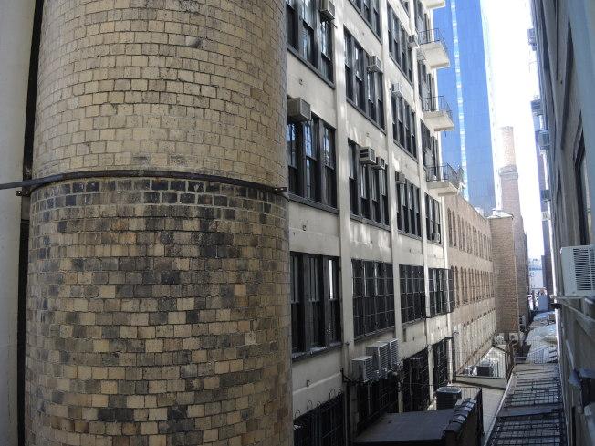 高線公園社區改頭換面,從工業園區蛻變為豪華住宅區,新大樓拔地而起。(記者俞姝含/攝影)