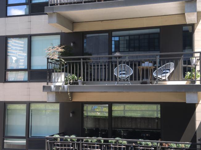 高線公園附近,豪華公寓如雨後春筍般湧現。(記者俞姝含/攝影)