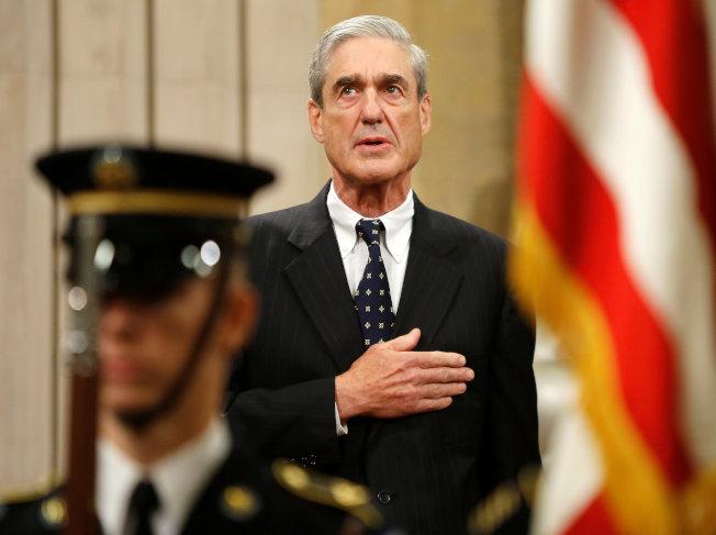 特別檢察官穆勒2013年8月離職時,撫胸聆聽國歌。(路透)