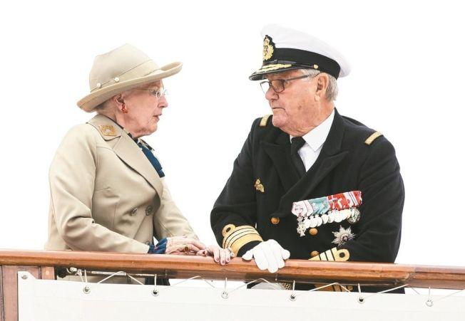 丹麥女王瑪格麗特二世(左)與夫婿亨瑞克親王在皇家遊艇上相望。 美聯社