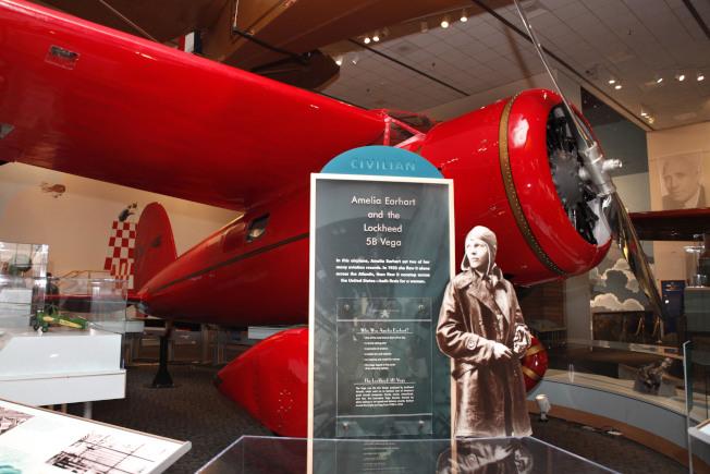 華府史密森尼博物館陳列的厄哈特塑像及飛機。(美聯社)