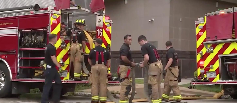 消防員組織救火展開救火工作。(記者陳開/攝影)