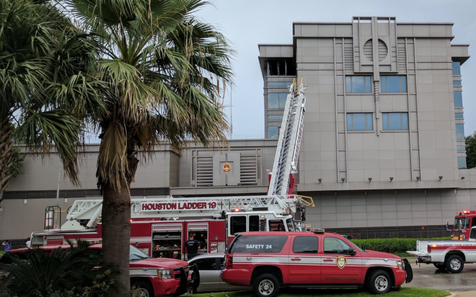 大批消防車停在中國駐休士頓總領館前參與救火。(記者陳開/攝影)