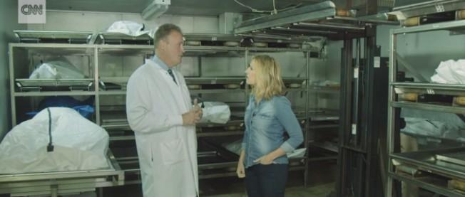 俄州克萊蒙特郡法醫室主任Kent Harshbarger(左)在毒癮停屍間接受訪問。(取自CNN截屏)