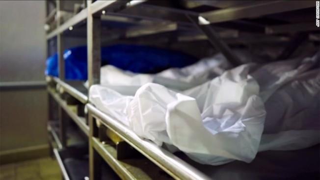 俄州克萊蒙特郡停屍間停放因服毒過量而死的屍體過多,「人」滿為患。(取自CNN截圖)