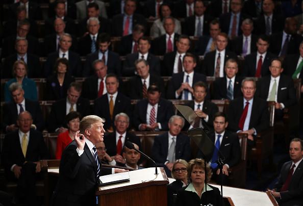 川普總統與共和黨國會關係一塌糊塗,半年來一事無成。圖為今年2月川普在國會兩院聯席報告國情咨文。(Getty Images)