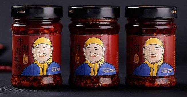 岳雲鵬辣椒醬產品的包裝上印上了岳雲鵬帶著黃色頭巾、穿著藍布衫的卡通人物形象。(取材自微博)