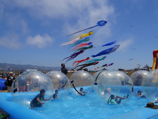兒童遊樂區裡,孩子們在泡泡中翻騰。