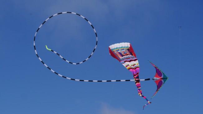 這個飛鏢型風箏,加了長尾巴,能作各種花式表演。