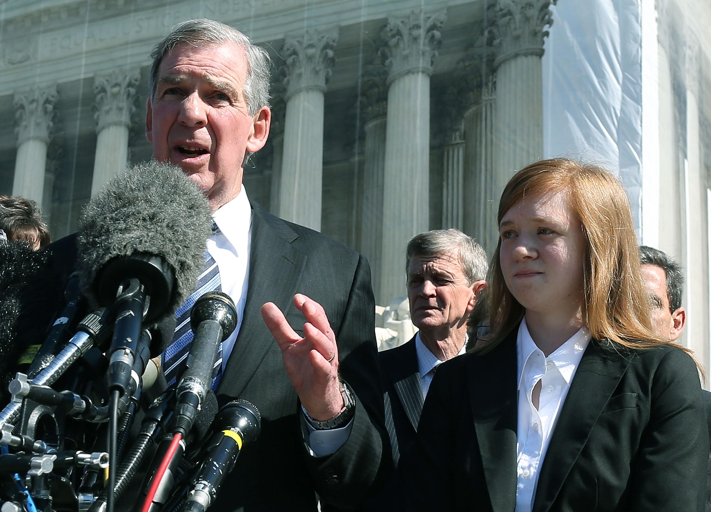 費雪(右)與律師2012年在最高法院前,針對控告德州大學一案作說明。(Getty Images)