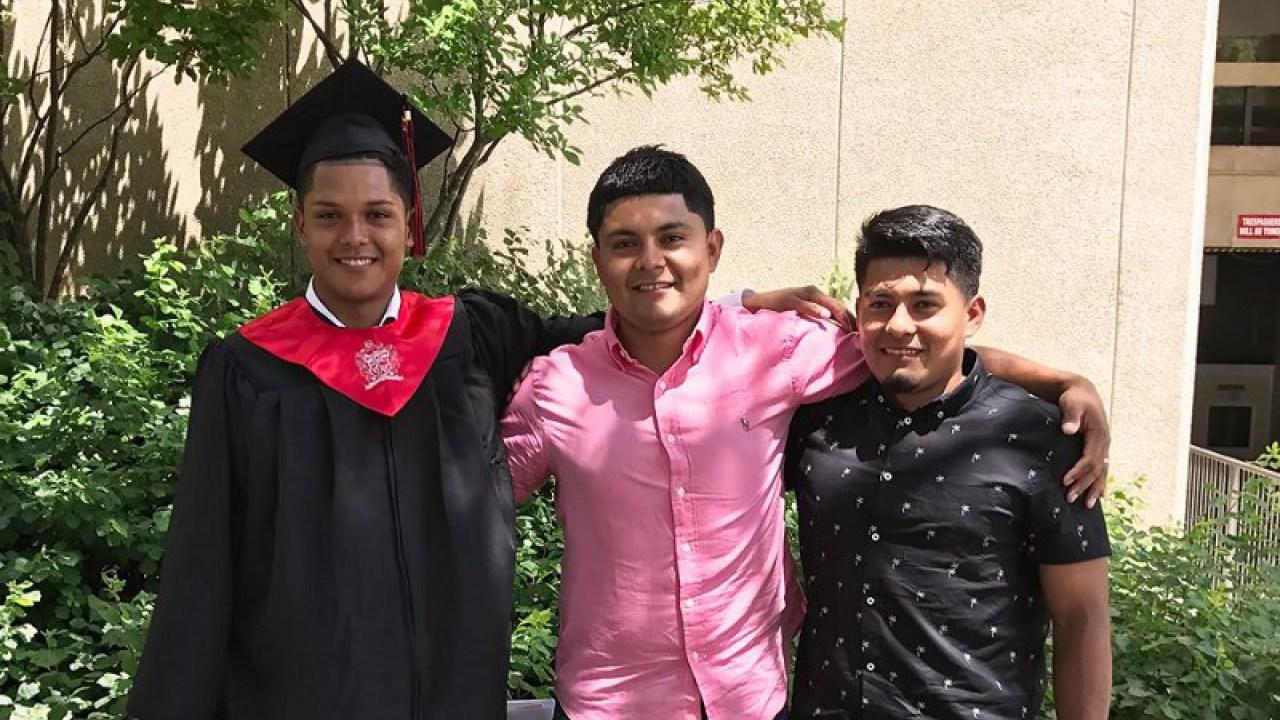 薩拉維亞兩兄弟Lizandro和Diego(右、中)上周被ICE驅逐出境,19歲的Lizandro剛拿到北卡大學足球獎學金。(薩拉維亞家庭提供 )