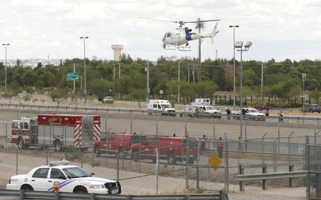 7月份穿越美墨邊界的無證客大增,圖為德州艾爾巴索的邊界巡邏隊。(美聯社)