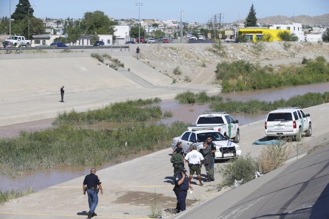 7月份穿越美墨邊界的無證客增多,甚至一周內有五人在格蘭德河溺斃。圖為美墨邊界人員在無證客溺死現場會勘。(美聯社)