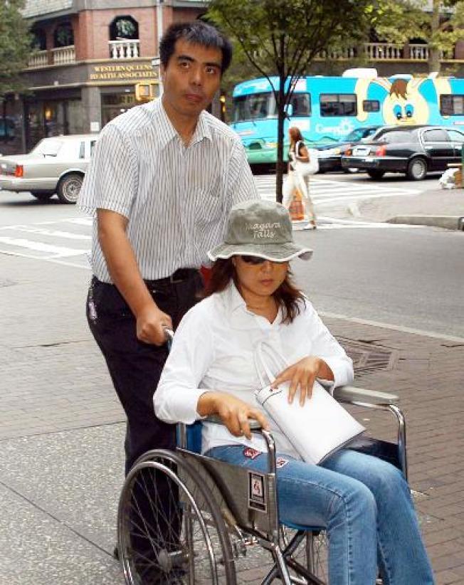趙燕當年坐在輪椅上,由司機推著前往律師樓,填寫相關求償文件。(中新社)