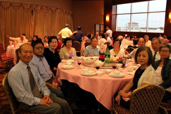 休士頓台商會榮譽理事林飛虎(左一)、陳志宏(左二)、王敦正(左五)、周政賢和呂明雪(右一、右二)合影。