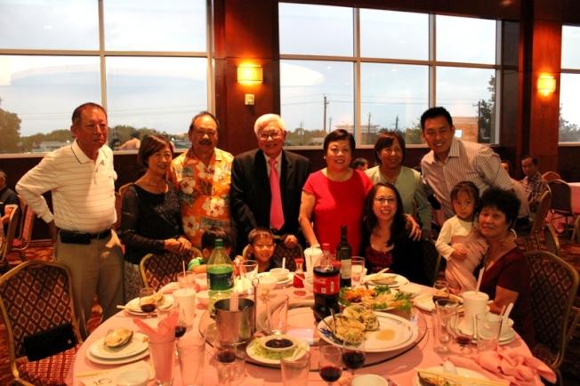 台商會理事林重光(左一) 、台商會會長梁慶輝和夫人(左二、三)、黃榮富(左四)和林美玲(左五)合影。