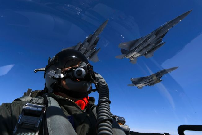 美國B-1轟炸機和南韓空軍戰鬥機併肩飛行。(Getty Images)