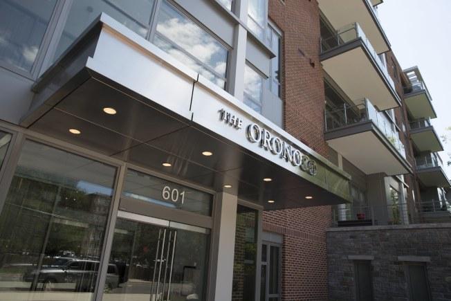 聯邦調查局探員搜索馬納福位於維州亞歷山卓的公寓,帶走一批證物。(歐新社)