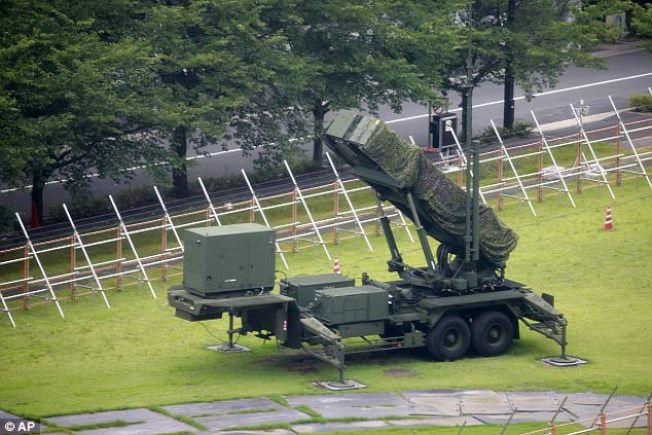 日本將愛國者三型防空飛彈搬進東京。(美聯社)