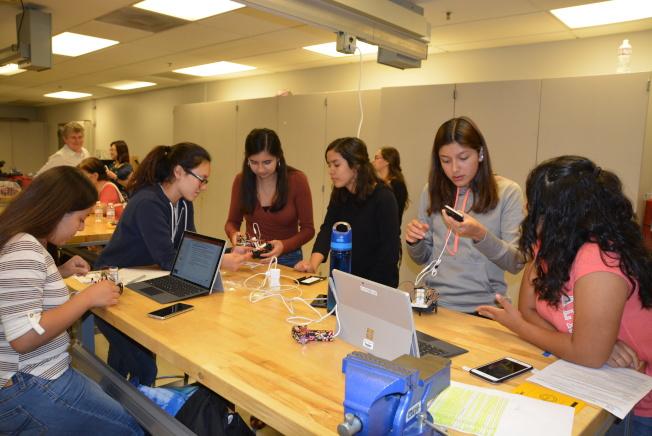 洛州大暑期班女生們用電腦和手機設計機器人編程。(記者丁曙/攝影)