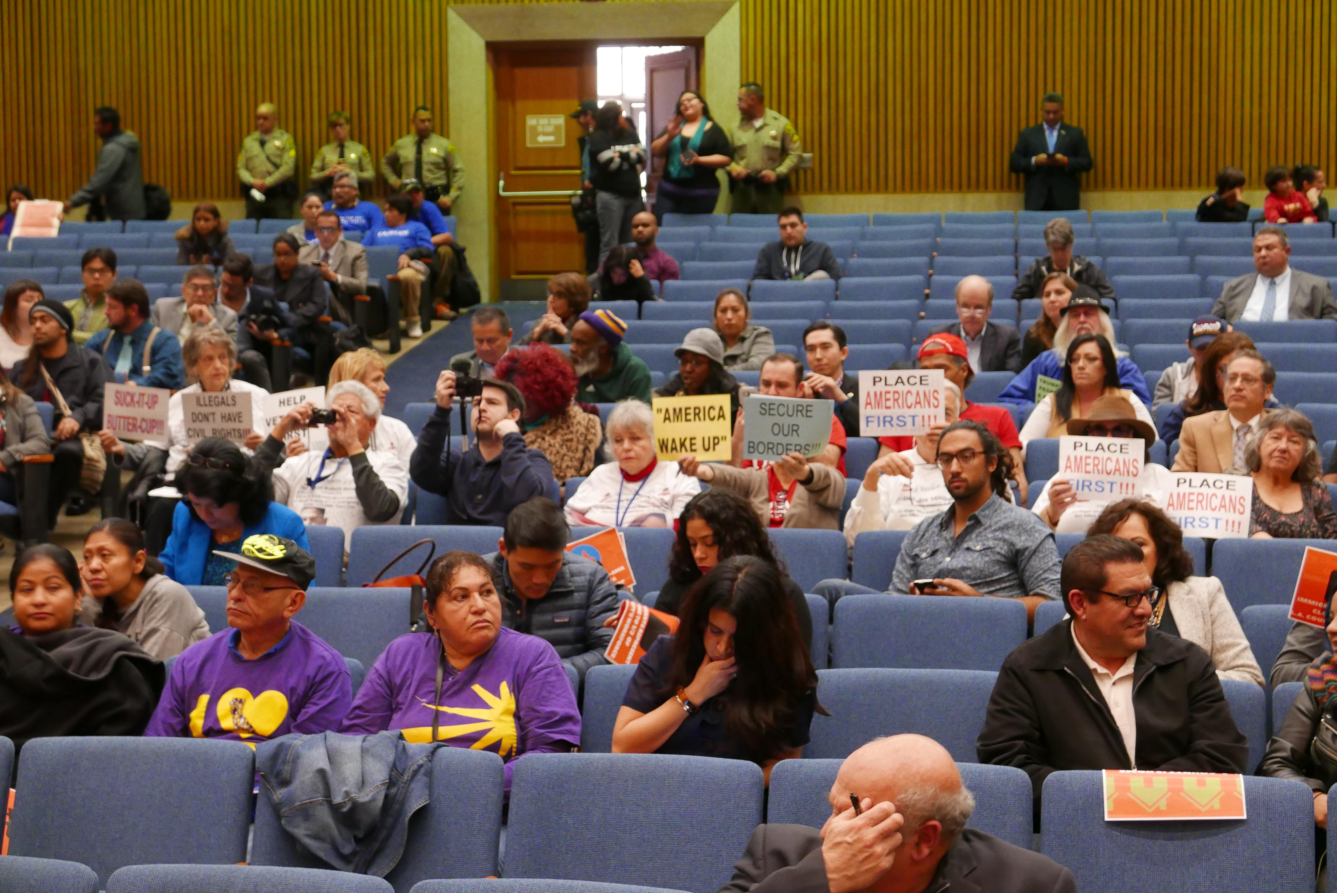 委員會討論無證移民保護,一些川普支持者前來反對無證移民提案。(記者李雪/攝影)