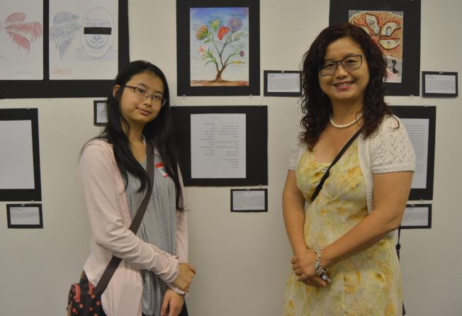 朱明悅(左)與媽媽一起在作品前留念。(記者俞姝含/攝影)