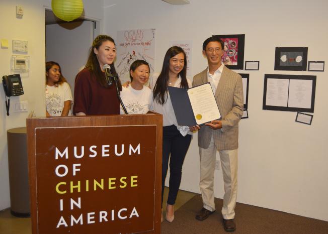 牛毓琳向美華協會頒發褒揚狀。(記者俞姝含/攝影)