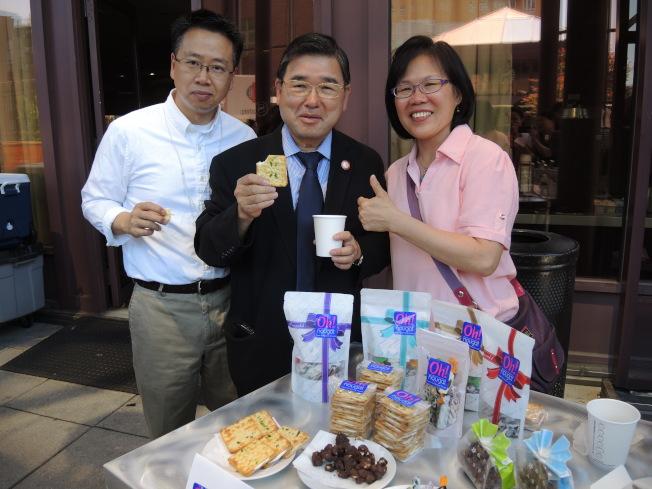 台灣純手工牛軋糖「Oh!Nougat」在街坊節啟動儀式上提供產品並供來賓品嘗,左起依次為余鈿崧,市議員顧雅明,潘婉華。(記者朱蕾/攝影)