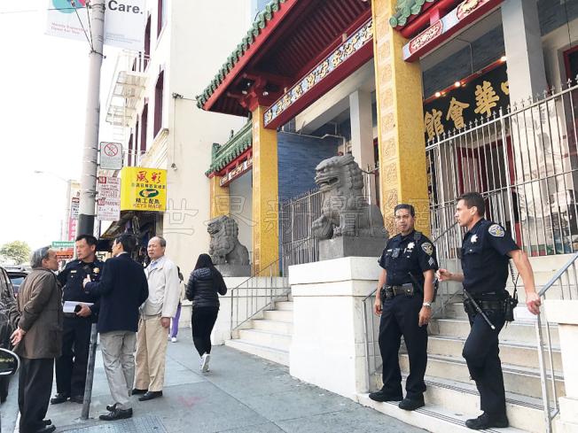 中央分局長及警員先到中華總會館了解環境,總董余武良(左四)等在場提供資料。(記者李秀蘭/攝影)