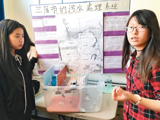 郭詩欣(右)及黃嘉淇研究汙水處理,建議居民不要將馬桶堵塞。(記者李秀蘭/攝影)