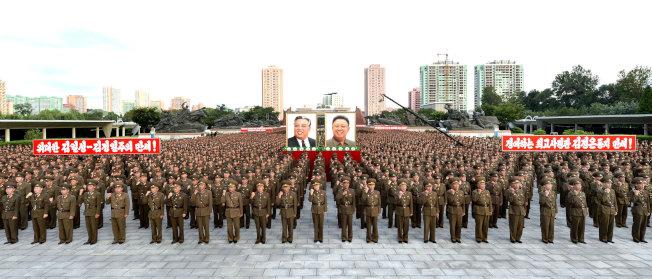 北韓人民軍在平壤舉行效忠大會,表達軍方對金正恩的支持。(路透)