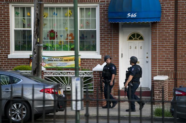 布碌崙10日發生一名警員遭槍擊,槍手在屋內和警方對峙數小時後自盡。(美聯社)
