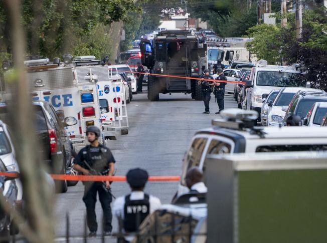 布碌崙10日發生一名警員遭槍擊後,警方封鎖現場。(美聯社)