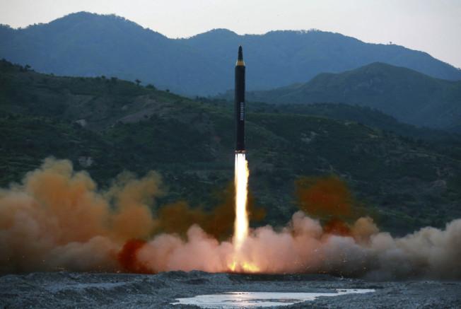 北韓威脅在15日時,要對關島海域發射飛彈。(美聯社)