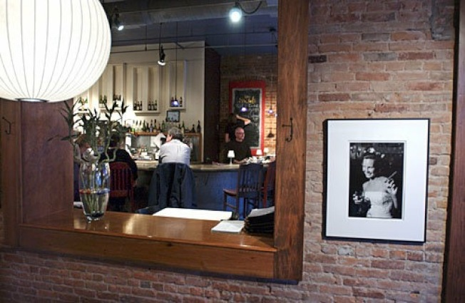 兩名聯邦海關及移民執法局(ICE)探員,9日到安娜堡市的佐拉咖啡館,要求到廚房進行搜查不明人士,被東主當場拒絕。(Zola餐館臉書截圖)