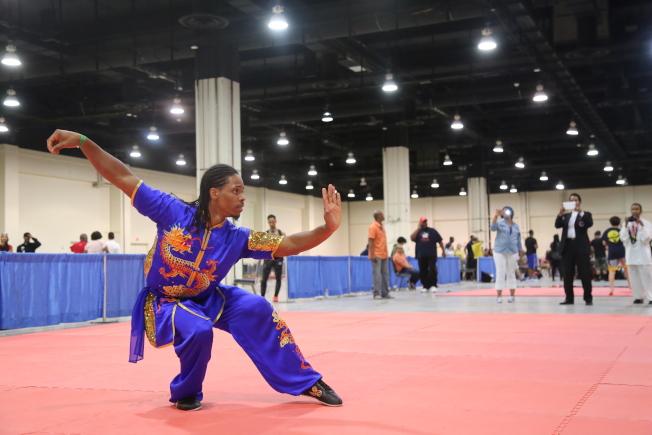 第35屆美國首都武術大賽在馬州國家港舉行,來自全球各地的近2000名選手參賽。比賽特設中國武術公開賽環節,眾選手各顯神通。(記者羅曉媛/攝影)