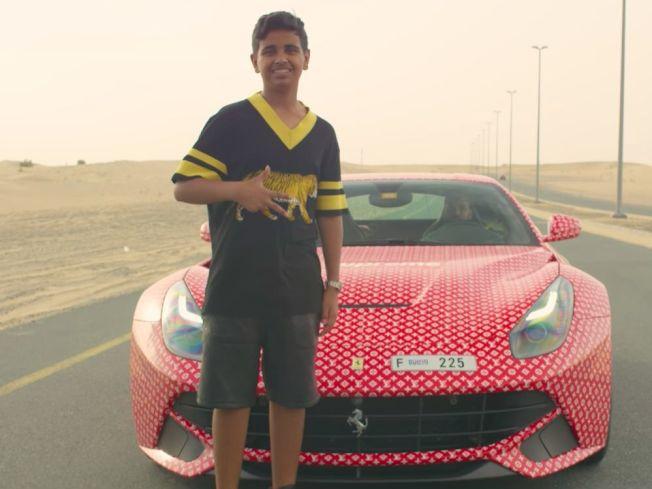 富二代拉沙德買了一台法拉利跑車,貼滿名牌「LV」的圖案。(取材自YouTube)