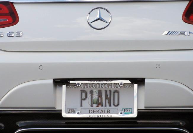 琴行老闆表達執著的車牌「P1ANO」(鋼琴)。(記者吳炳宏/攝影)