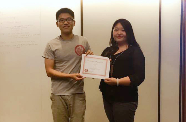 CSUE前任主席曹聰(左)為新任主席葉茹(右)頒發聘書。(CSUE提供)